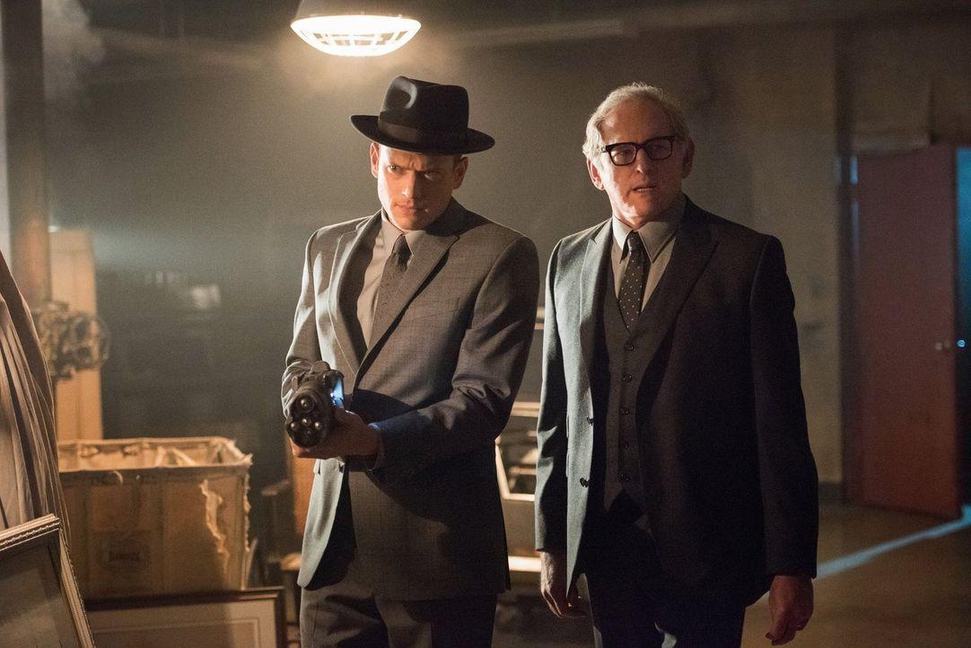 Während Kendra versucht, Dr. Knox alias Vandal Savage auszuschalten, machen sich Snart (Wentworth Miller, l.) und Dr. Stein (Victor Garber, r.) auf... - Bildquelle: 2015 Warner Bros.