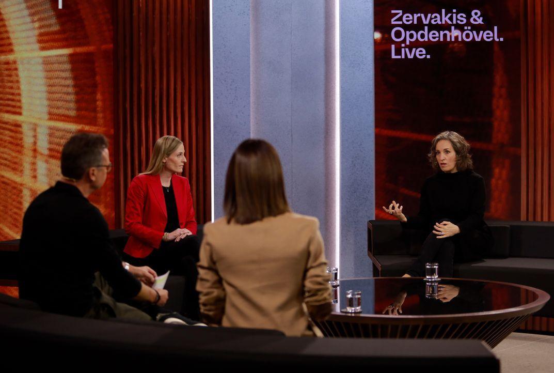 (im Uhrzeigersinn) Linda Zervakis; Matthias Opdenhövel; Marie-Christine Ostermann; Bianca Biwer - Bildquelle: Benedikt Müller ProSieben / Benedikt Müller