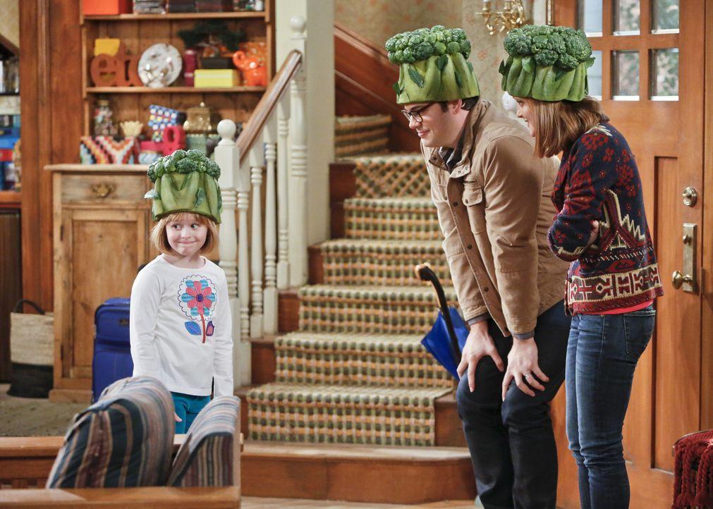 Während Debbie (Jayma Mays, r.) und Adam (Nelson Franklin, l.) zu einer Vegetarier-Messe fahren, muss Carol auf Mikayla (Eve Moon, l.) aufpassen - m... - Bildquelle: 2013 CBS Broadcasting, Inc. All Rights Reserved.