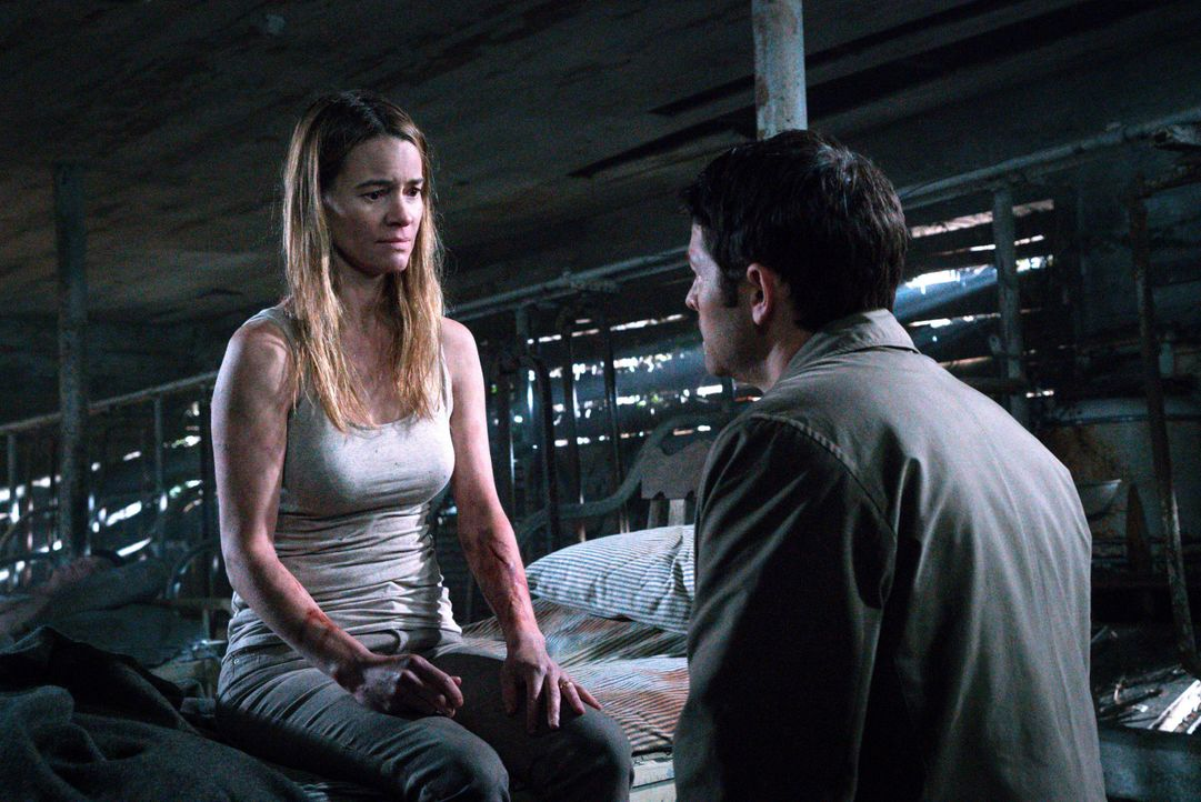 Als Castiel (Misha Collins, r.) Amelia Novak (Leisha Hailey, l.) aufspürt, ahnt er noch nicht, dass er es bald mit einem besonderen Engel aufnehmen... - Bildquelle: 2016 Warner Brothers