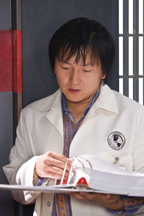 Noch ahnt Bruce (Masi Oka) nicht, dass er schon bald sein sicheres Labor verlassen muss, um sich in der Außenwelt mit unsichtbaren Gangstern herumzu... - Bildquelle: Warner Brothers