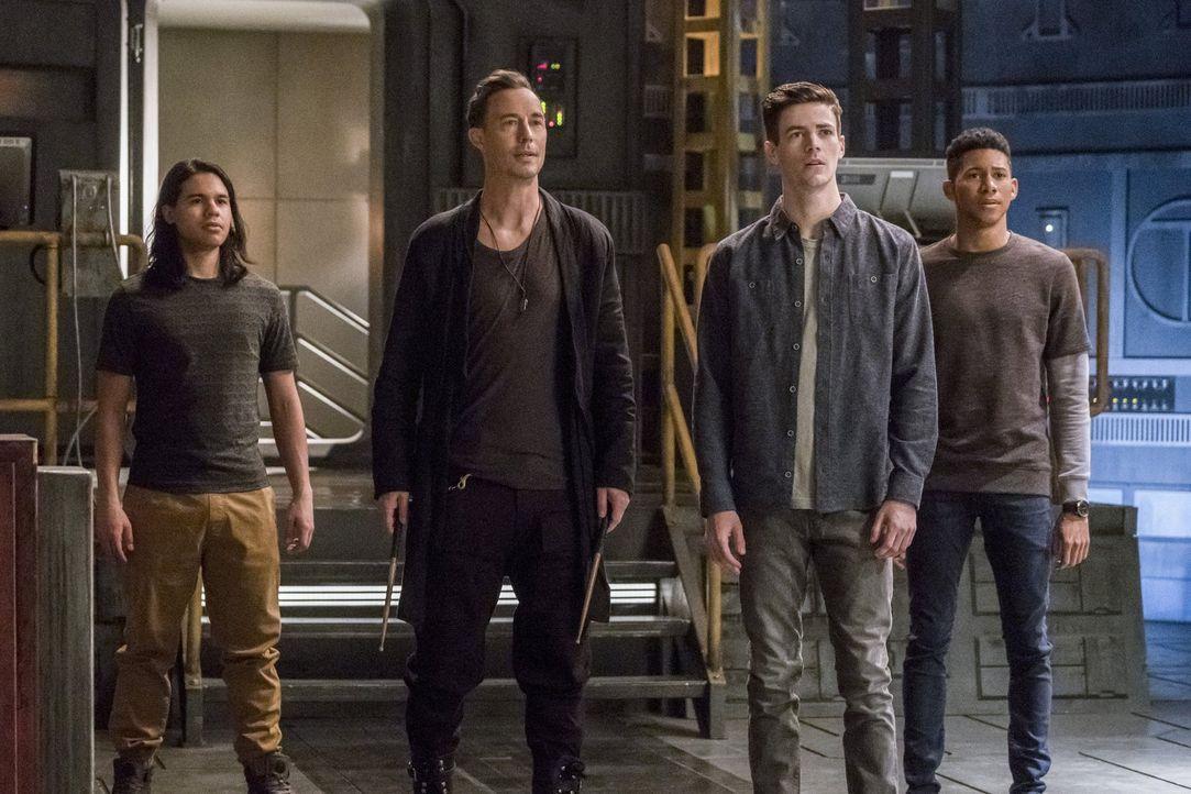 Auf der Suche nach einem Weg Kara aus einer Art Koma zu holen, gerät plötzlich auch Barry (Grant Gustin, 2.v.r.) in Gefahr.  Können Cisco (Carlos Va... - Bildquelle: 2016 Warner Bros.