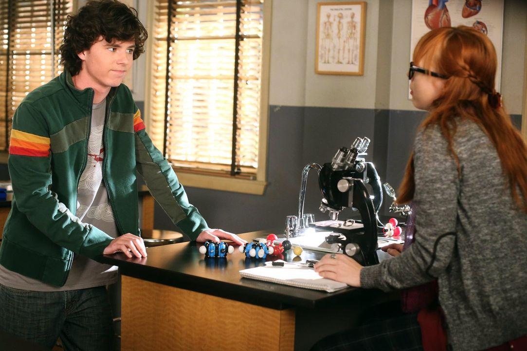 Während Axl (Charlie McDermott, l.) und Cassidy (Galadriel Stineman, r.) nach einem heftigen Streit herausfinden müssen, ob ihre Beziehung noch eine... - Bildquelle: Warner Brothers