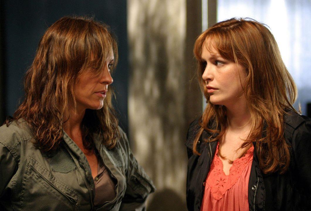 Helen (Juliet Aubrey, l.) warnt Claudia (Lucy Brown, r.) und die anderen vor gefährlichen Säbelzahnkatzen, die aus einer neuen Anomalie kommen sol... - Bildquelle: ITV Plc