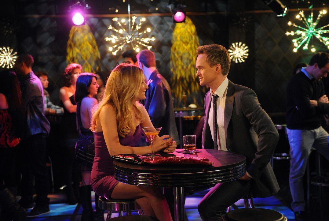 Barney (Neil Patrick Harris, r.) erkennt, dass er die perfekte Frau für sich gefunden hat. Doch sieht das Quinn (Becki Newton, l.) auch so? - Bildquelle: 20th Century Fox International Television