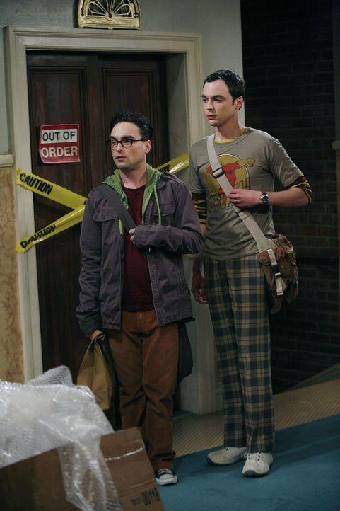 Das Leben der Physiker Leonard (Johnny Galecki, l.) und Sheldon (Jim Parsons, r.) wird auf den Kopf gestellt, als plötzlich die attraktive Penny in... - Bildquelle: Warner Bros. Television