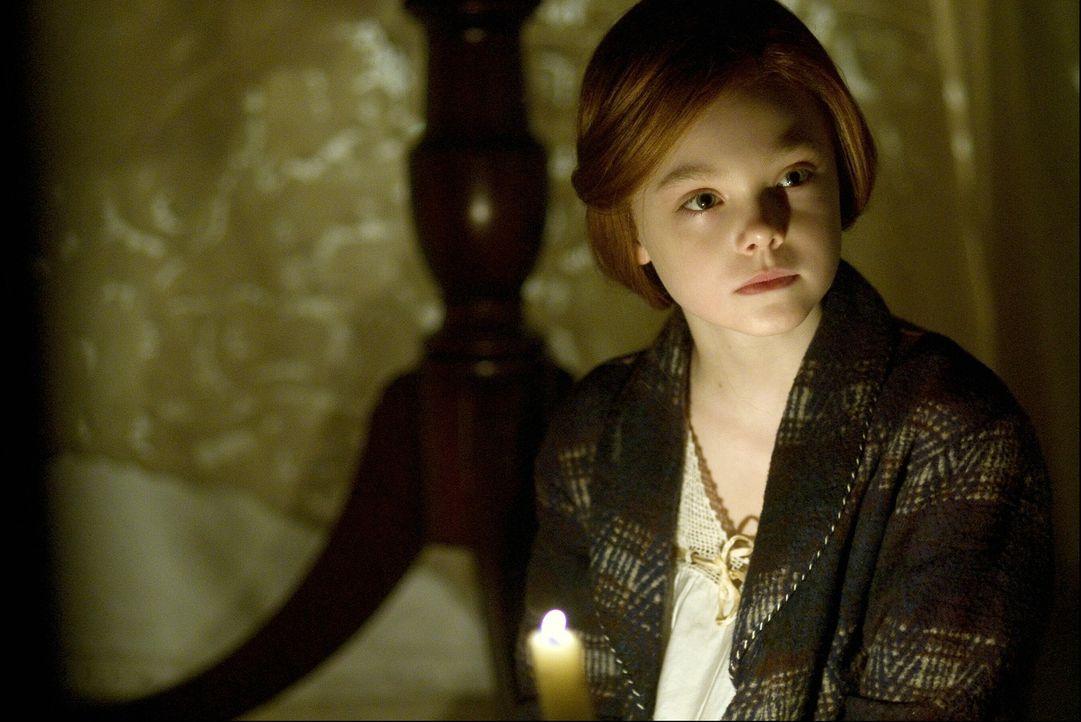 Eines Tages begegnet Benjamin im Altenheim der jungen Daisy (Elle Fanning), die dort ihre Großmutter besucht. Ab diesem Zeitpunkt beginnt er aufzub... - Bildquelle: 2009   Warner Brothers