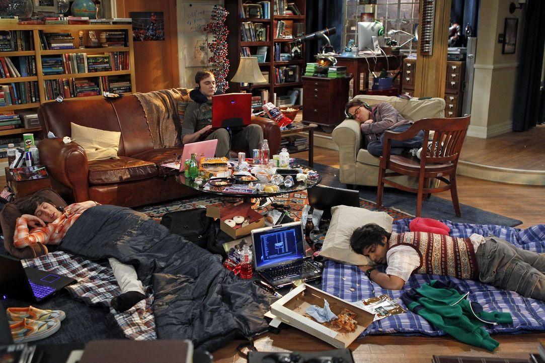 Die Wochenendkrieger: Sheldon (Jim Parsons, hinten l.), Raj (Kunal Nayyar, vorne r.), Leonard (Johnny Galecki, hinten r.) und Howard (Simon Helberg,... - Bildquelle: Warner Bros. Television