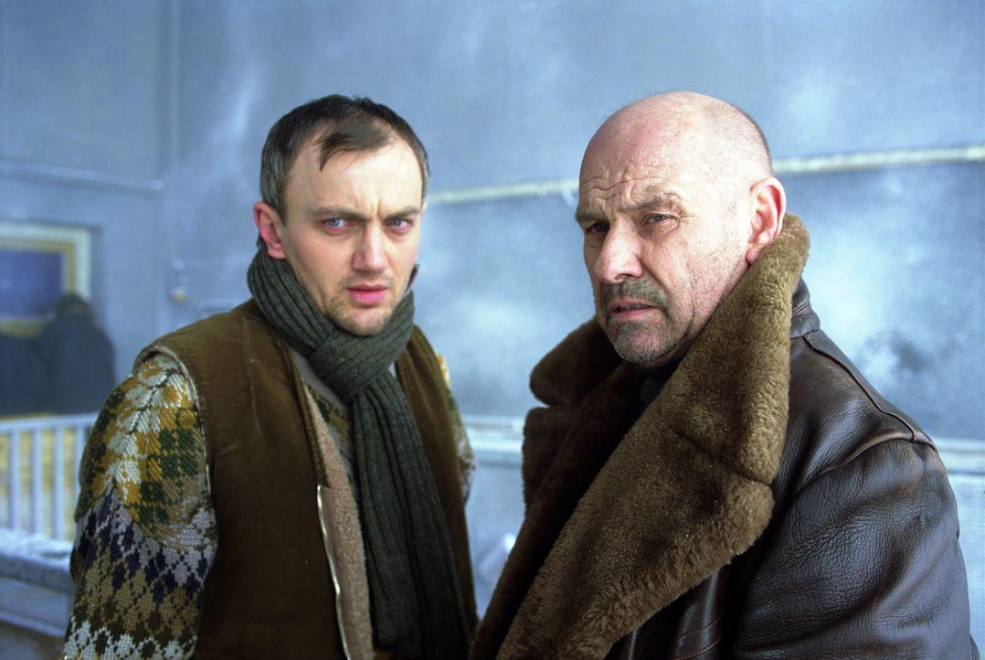 Hoch in den österreichischen Alpen lebt der gesuchte serbische Kriegsverbrecher Pavle (Klaus Löwitsch) mit seinen Getreuen (Heinrich Schmieder, l.).... - Bildquelle: TM & Copyright   2002 by Paramount Pictures. All Rights Reserved.