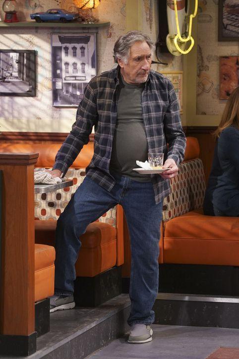 Arthur (Judd Hirsch) weiß nicht, was er machen soll, nachdem ein Kunstwerk von Franco an der Wand des Donut Ladens für Unstimmigkeiten mit den Nachb... - Bildquelle: Monty Brinton 2017 CBS Broadcasting, Inc. All Rights Reserved