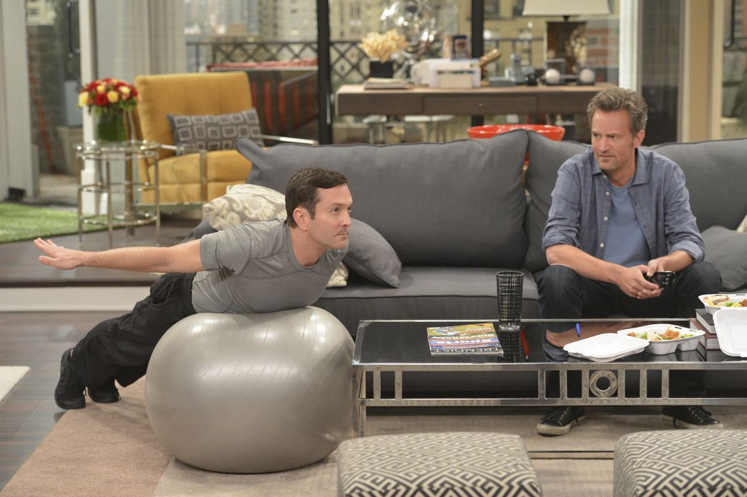 Oscar (Matthew Perry, r.) und Felix (Thomas Lennon, l.) versuchen beide auf ihre Art, der einsamen Dani ein Date zu verschaffen ... - Bildquelle: Darren Michaels 2014 CBS Broadcasting, Inc. All Rights Reserved
