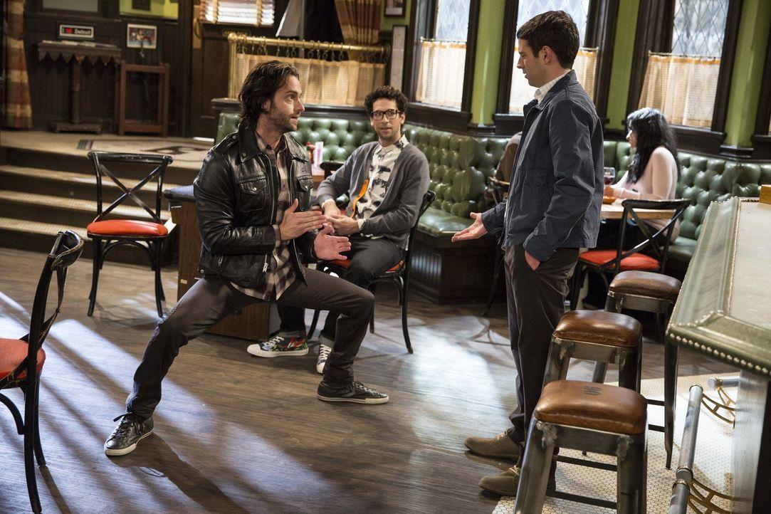 Gebannt sehen Burski (Nick Glassman, M.) und Justin (Brent Morin, r.) zu, wie Danny (Chris D'Elia, l.) seinen Sex-Trick zeigt ... - Bildquelle: Warner Brothers