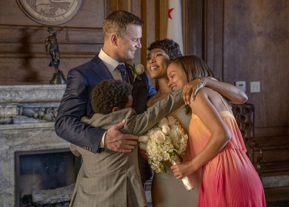 (v.l.n.r.) Bobby Nash (Peter Krause);  Harry Grant (Marcanthonee Jon Reis);  Athena Grant (Angela Bassett); May Grant (Corinne Massiah) - Bildquelle: Jack Zeman 2018-2019 Twentieth Century Fox Film Corporation. All rights reserved. / Jack Zeman