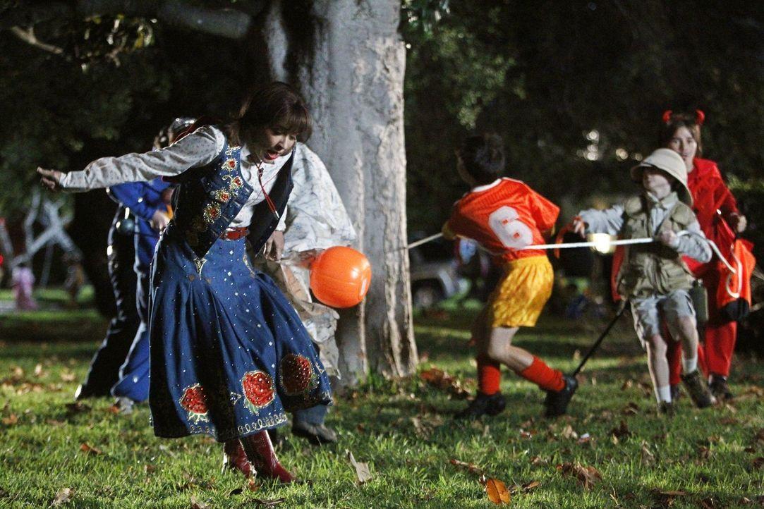 Frankie (Patricia Heaton) hat sich dazu überreden lassen, an Halloween mit ein paar Kindern Süßigkeiten zu sammeln. Keine leichte Aufgabe, wie sie b... - Bildquelle: Warner Brothers