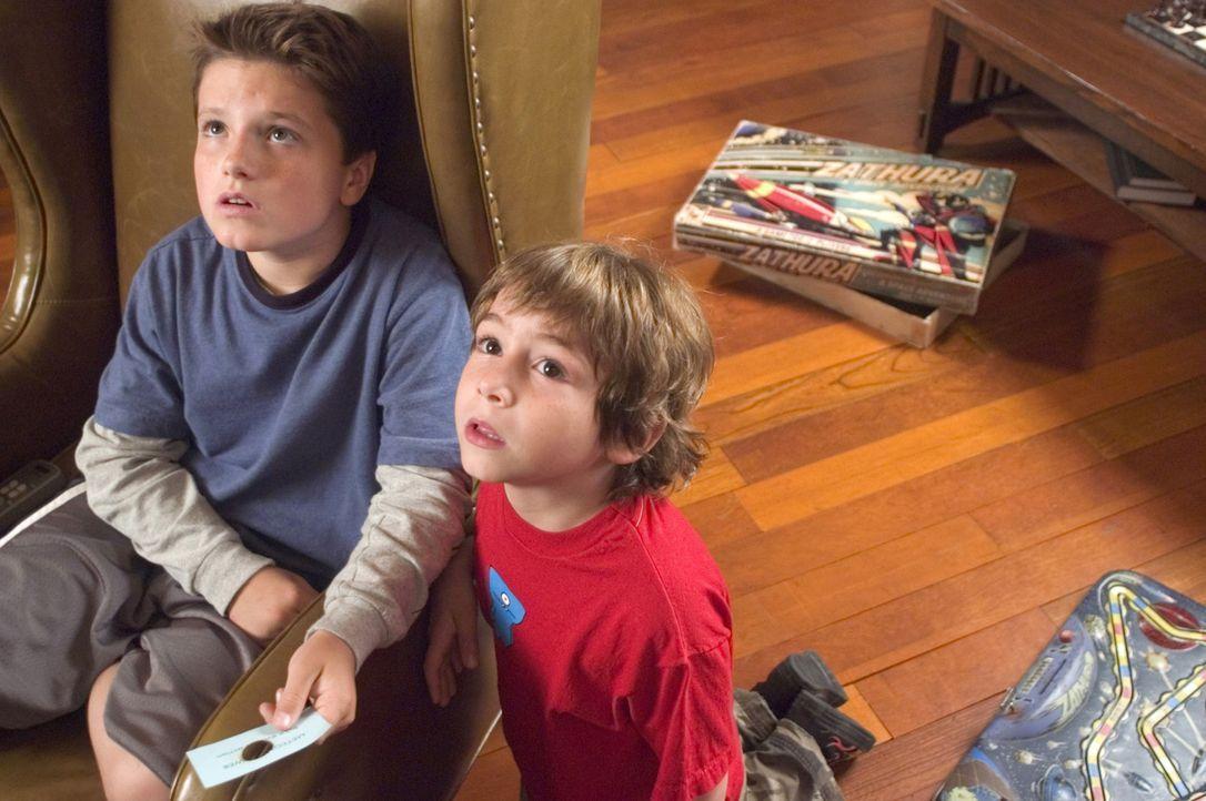 """Die beiden Brüder Danny (Jonah Bobo, r.) und Walter (Josh Hutcherson, l.) ahnen nicht, welche Folgen das Spiel """"Zathura"""" für sie hat ... - Bildquelle: Sony Pictures Television International. All Rights Reserved."""