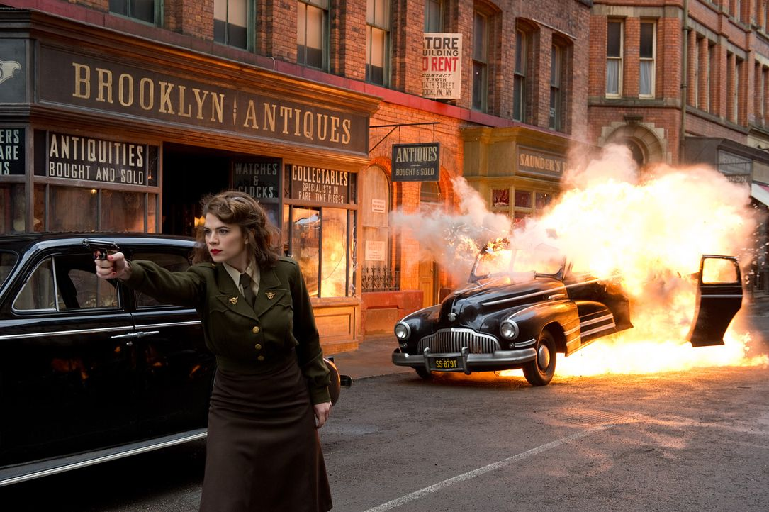 Äußerst zielsicher: die attraktive Peggy Carter (Hayley Atwell) ... - Bildquelle: TM &   2011 Marvel Entertainment, LLC & subs. All Rights Reserved.