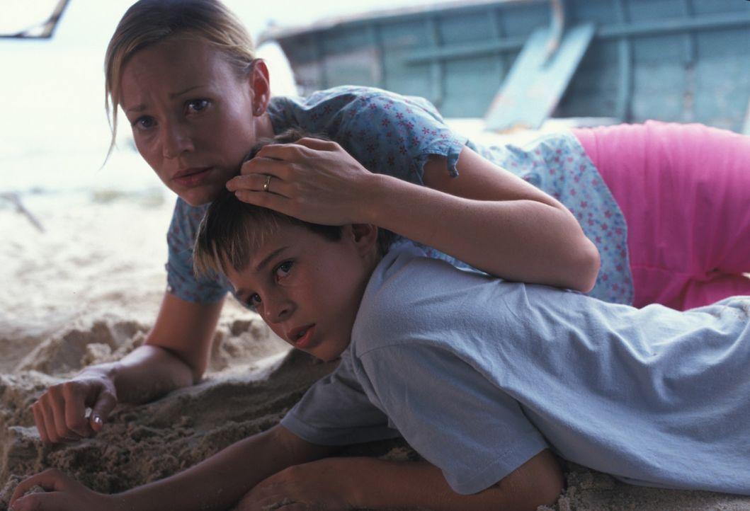 Versuchen sich zu retten, doch haben keine Chance: Maria (Samantha Mathis, l.) und Will Castle (Marcus Johns, r.) ... - Bildquelle: Sony Pictures Television International. All Rights Reserved.