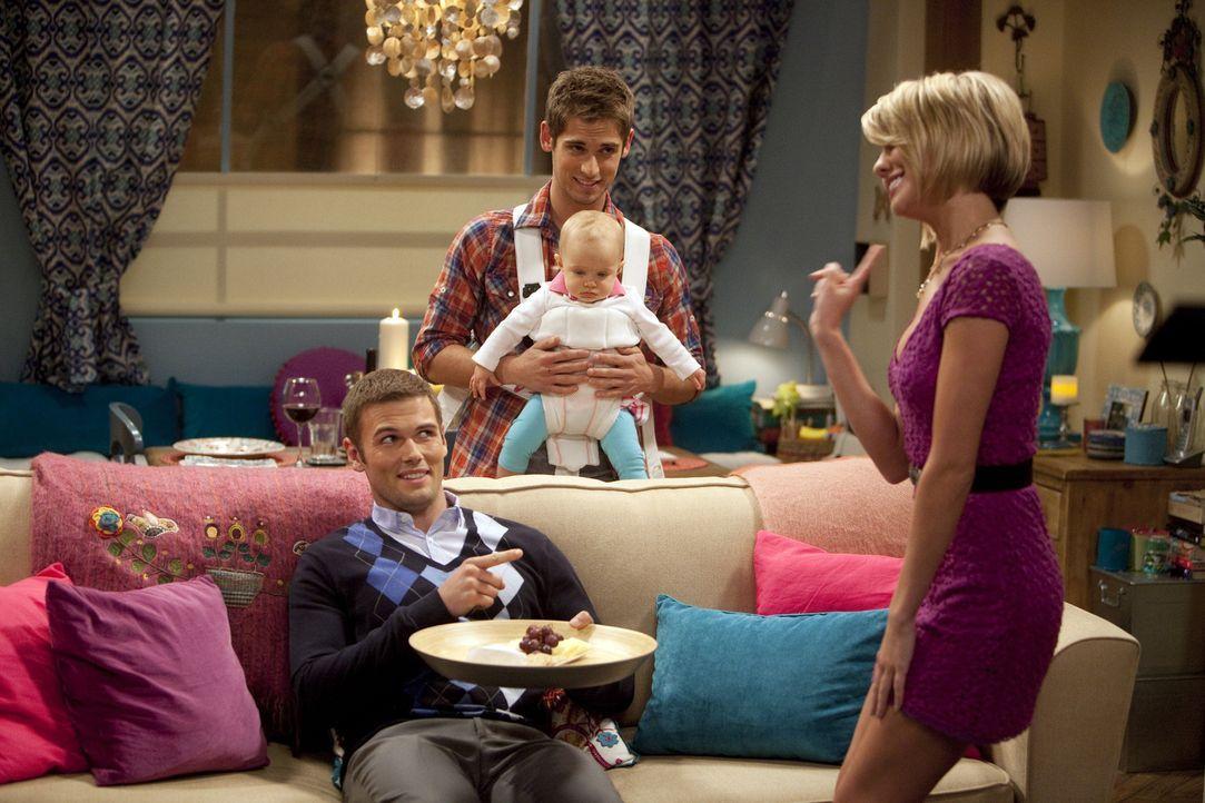 Während Riley (Chelsea Kane, r.) mit einem Kommilitonen (David Cade, l.) anbandelt, kümmert sich Ben (Jean-Luc Bilodeau, hinten) um seine Tochter Em... - Bildquelle: Randy Holmes ABC Family