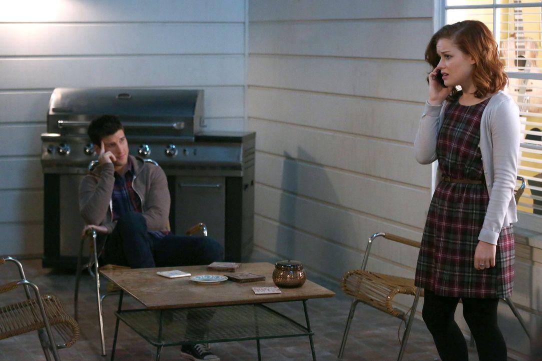 Als Tessa (Jane Levy, r.) herausfindet, dass Ryan (Parker Young, l.) überlegt, Chatswin zu verlassen, um aufs College zu gehen, beginnt sie, sich üb... - Bildquelle: Warner Brothers