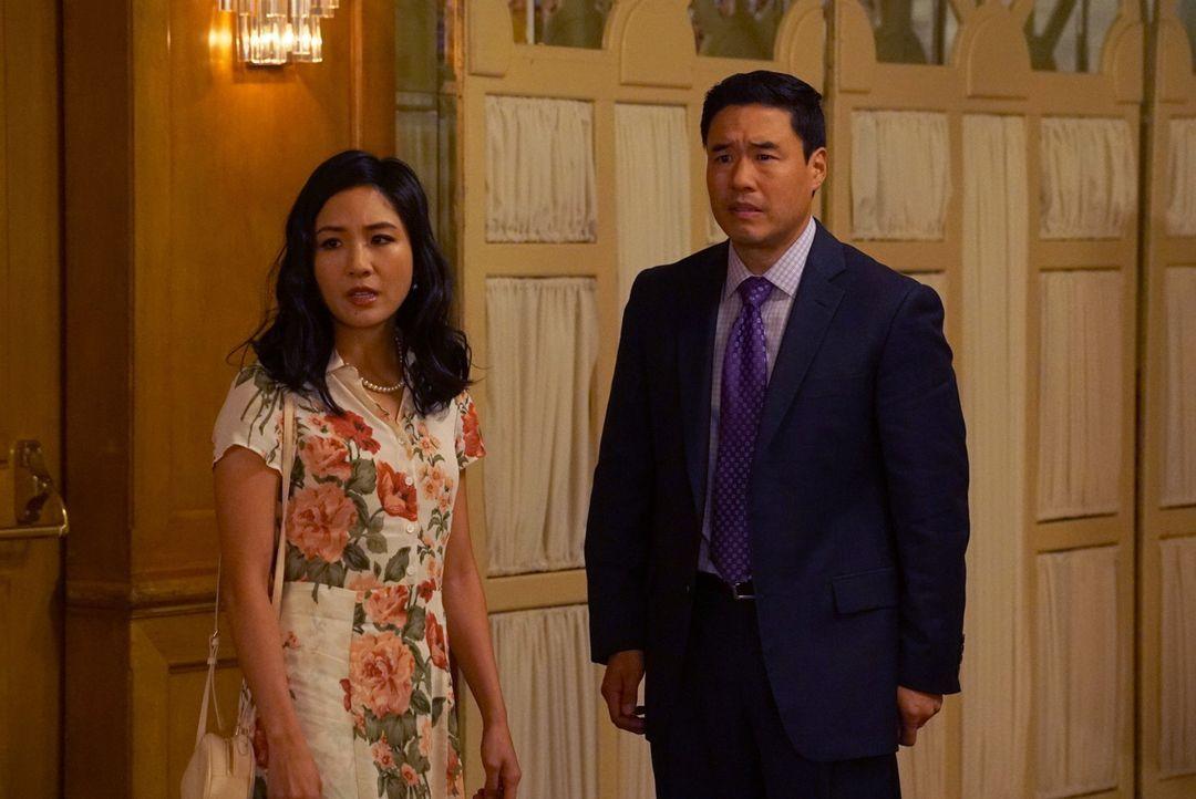 Louis (Randall Park, r.) ist geschockt, wie kaltherzig die Beziehung zwischen Jessica (Constance Wu, l.) und ihrem Vater ist. Ausgerechnet auf einem... - Bildquelle: Byron Cohen 2017-2018 American Broadcasting Companies. All rights reserved.