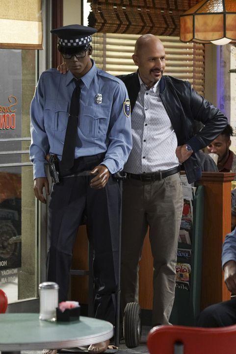 Nachdem auch bei ihm eingebrochen wurde und die Polizei nichts zu unternehmen scheint, nimmt Fawz (Maz Jobrani) die Dinge selber in die Hand ... - Bildquelle: Monty Brinton 2016 CBS Broadcasting, Inc. All Rights Reserved.