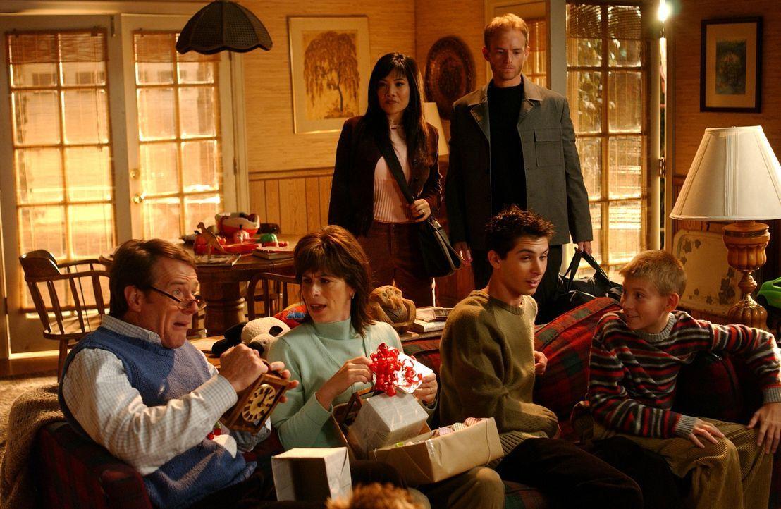 Ein anderes Weihnachtsfest: Hal (Bryan Cranston, l.), Lois (Jane Kaczmarek, 2.v.l.), Reese (Justin Berfield, 2.v.r.), Dewey (Erik Per Sullivan, r.),... - Bildquelle: TM &   2005 - 2006 Twentieth Century Fox Film Corporation and Regency Entertainment (USA), Inc.