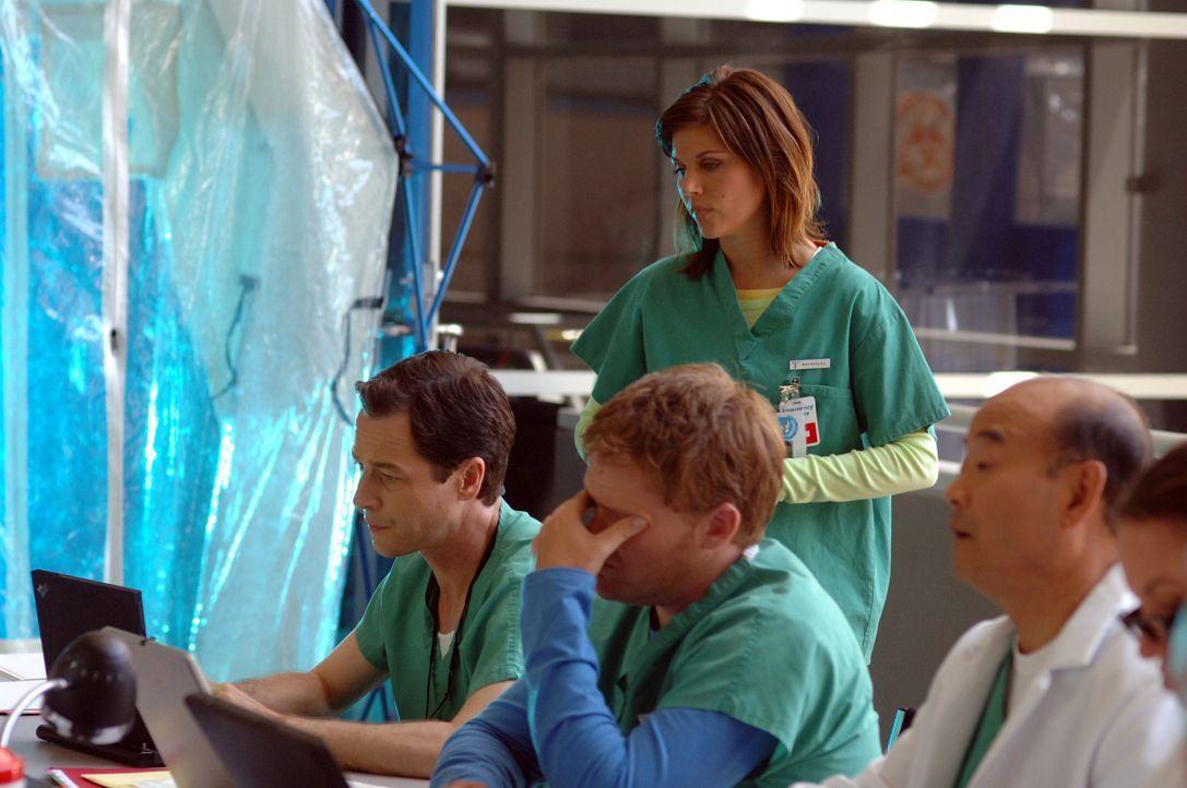 Im Wettlauf mit der Zeit: die Epidemiologen Kayla Martins (Tiffani Thiessen, stehend), Carl Ratner (French Stewart, l.), Rick Foxhoven (Scott Campbe... - Bildquelle: 2006 RHI Entertainment Distribution, LLC