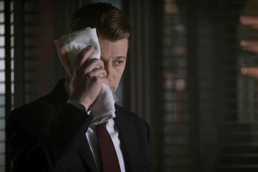 Gordon (Ben McKenzie) erfährt von seinem Onkel Frank, dass eine Waffe nach Gotham unterwegs ist, die der Rat für die Zerstörung der Stadt einsetzen... - Bildquelle: Warner Brothers