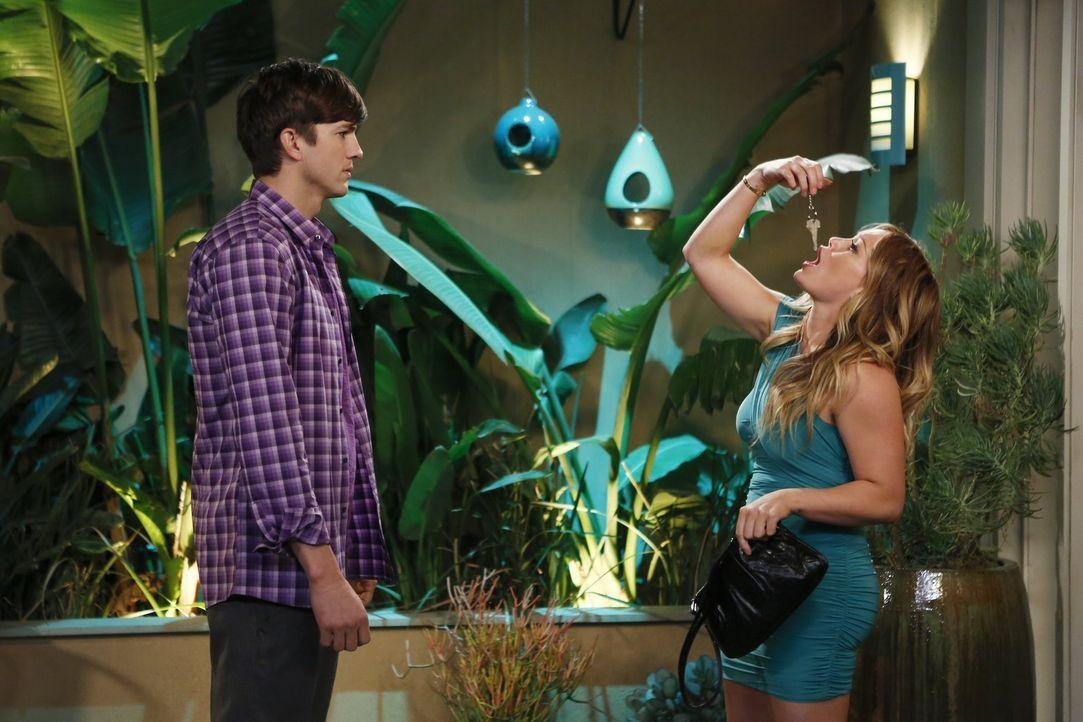 Nach und nach ist Walden (Ashton Kutcher, l.) von seiner neuen Flamme Stacy (Hillary Duff, l.) genervt, während Alan und Jake einen Vater-Sohn-Ausfl... - Bildquelle: Warner Brothers Entertainment Inc.