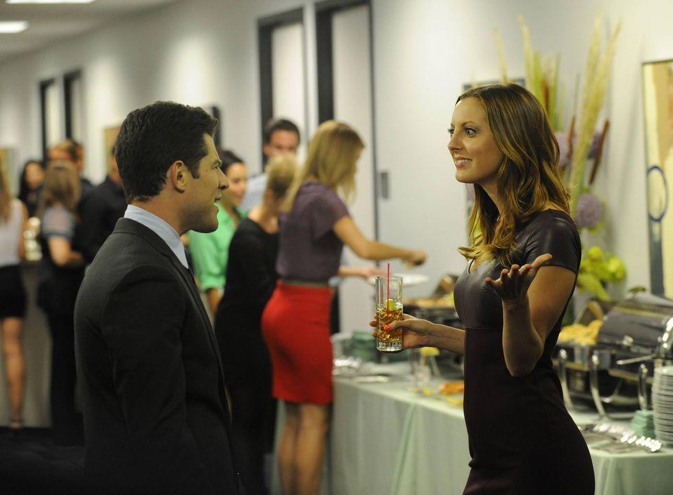 Auf der Büroparty scheint sich Beth (Eva Amurri Martino, r.) köstlich zu amüsieren. Ganz zum Leid von Schmidt (Max Greenfield, l.) ... - Bildquelle: TM &   2013 Fox and its related entities. All rights reserved.