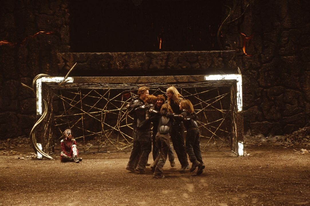 Die Wilden Kerle haben das zweite Match des 3-D-Fußballspiels gewonnen und somit die Schattensucher besiegt. Das ruft die Rache der Vampire hervor .... - Bildquelle: Buena Vista International