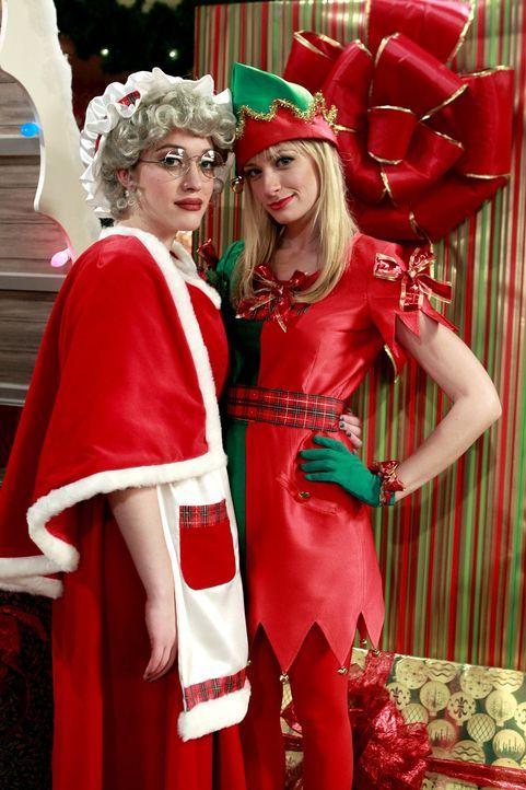 In jeder Lebenssituation ein Team: Max (Kat Dennings, l.)  und Caroline (Beth Behrs, r.) verdienen sich verkleidet als Frau des Weihnachtsmannes und... - Bildquelle: Warner Brothers
