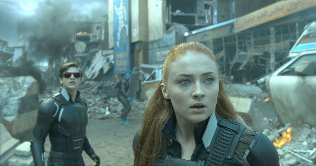 Die beiden jungen Außenseiter Scott alias Cyclops (Tye Sheridan, l.) und Jean (Sophie Turner, r.) haben es nicht leicht, denn anders als andere Muta... - Bildquelle: 2016 Twentieth Century Fox Film Corporation.  All rights reserved.  MARVEL TM &   2016 MARVEL & Subs.