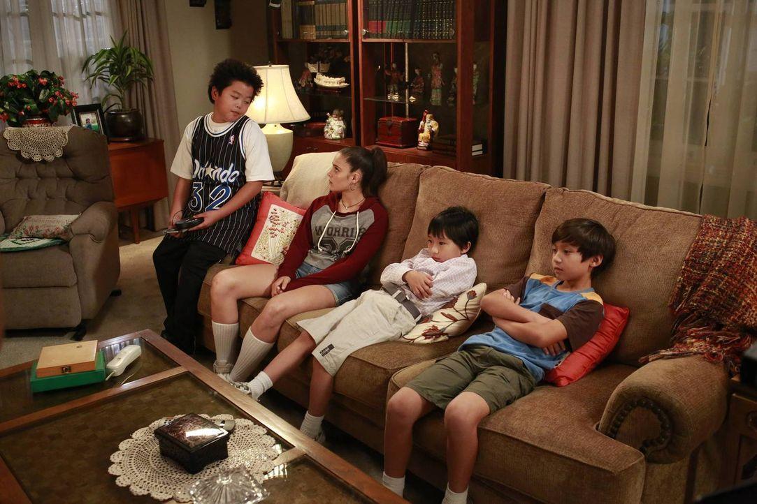 Eddie (Hudson Yang, l.) kann es nicht glauben: Seine Eltern haben Nicole (Luna Blaise, 2.v.l.) zum Babysitten für sich und seine Brüder Emery (Forre... - Bildquelle: 2015 American Broadcasting Companies. All rights reserved.