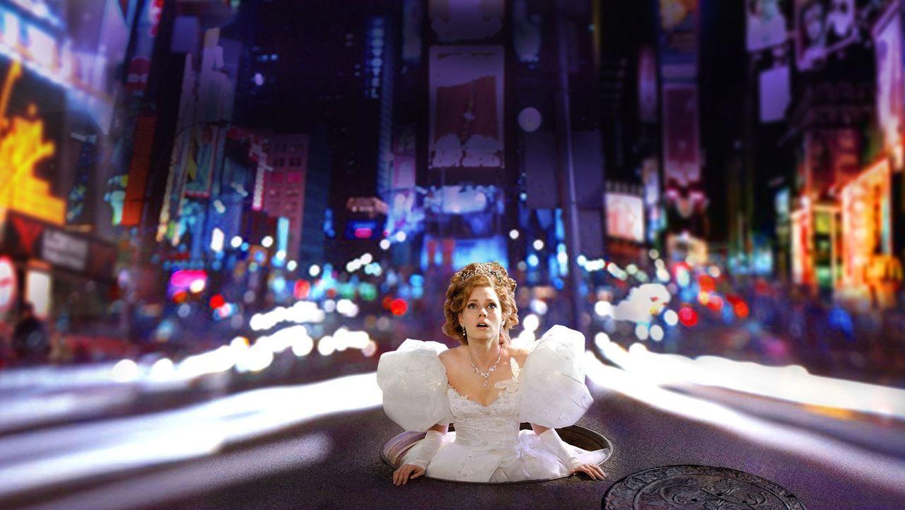 """Die Märchenprinzessin Giselle (Amy Adams) wird von ihrer bösen Schwiegermutter in """"die Welt ohne Happy End"""" -New York verdammt - und dort mit dem re... - Bildquelle: Barry Wetcher Disney. All rights reserved"""