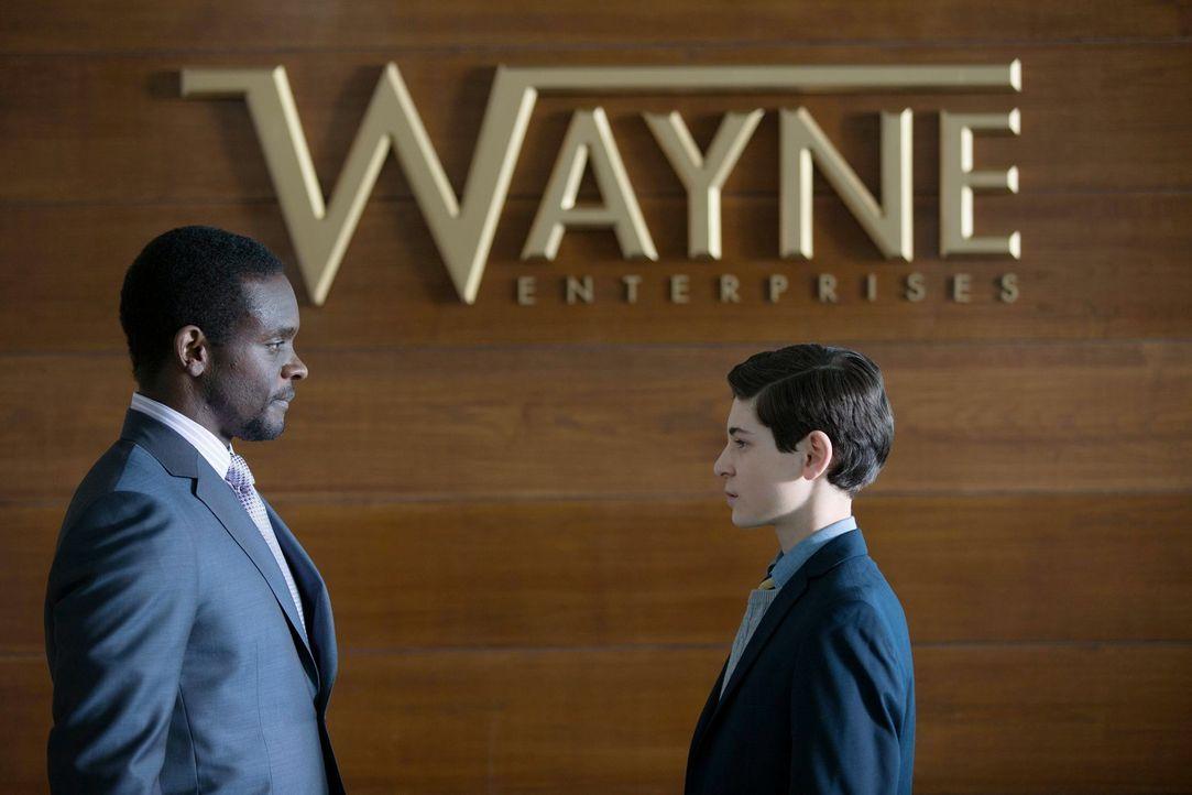 Hat Lucuius Fox (Chris Chalk, l.) etwas mit dem Mord an seinen Eltern zu tun? Bruce (David Mazouz, l.) ist misstrauisch und weiß nicht, wem er noch... - Bildquelle: Warner Bros. Entertainment, Inc.