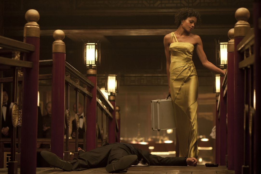 Leichen pflastern ihren Weg: Eve (Naomie Harris) ... - Bildquelle: Skyfall   2012 Danjaq, LLC, United Artists Corporation and Columbia Pictures Industries, Inc. All rights reserved.