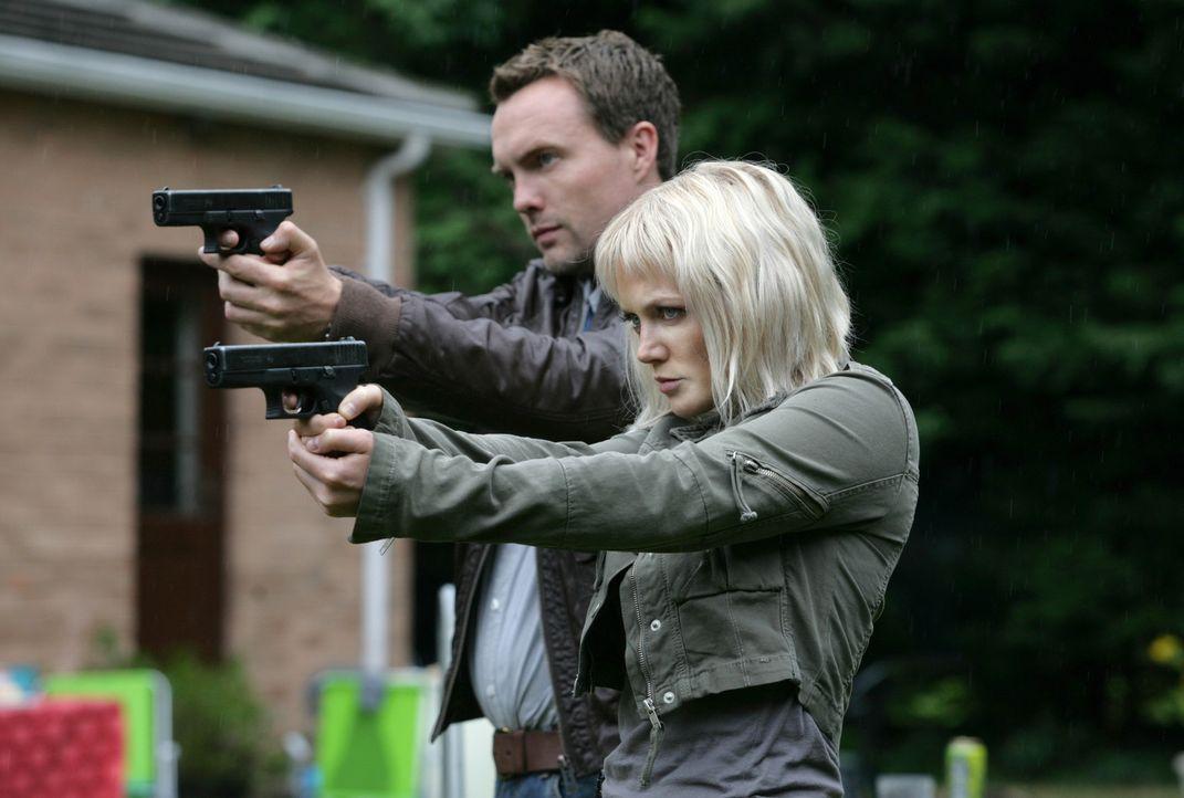 Für Abby (Hannah Spearritt, r.) und Matt (Ciaran McMenamin, l.) beginnt ein Wettlauf mit der Zeit, denn Connor wird von einem gigantischen Insekt i... - Bildquelle: ITV Plc