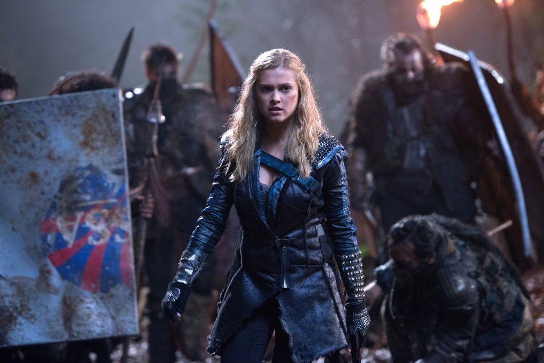 Clarke (Eliza Taylor) und ein Großteil der Armee versuchen, die Aufmerksamkeit der Mountener auf sich zu lenken, während ihre Freunde überall angrei... - Bildquelle: 2014 Warner Brothers