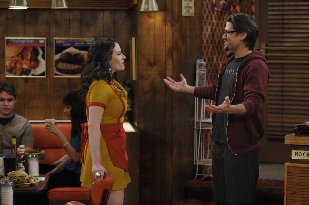 Johnny (Nick Zano, r.) nimmt Abschied von Max (Kat Dennings, l.), denn er zieht nach Manhattan und will dort heiraten ... - Bildquelle: Warner Brothers