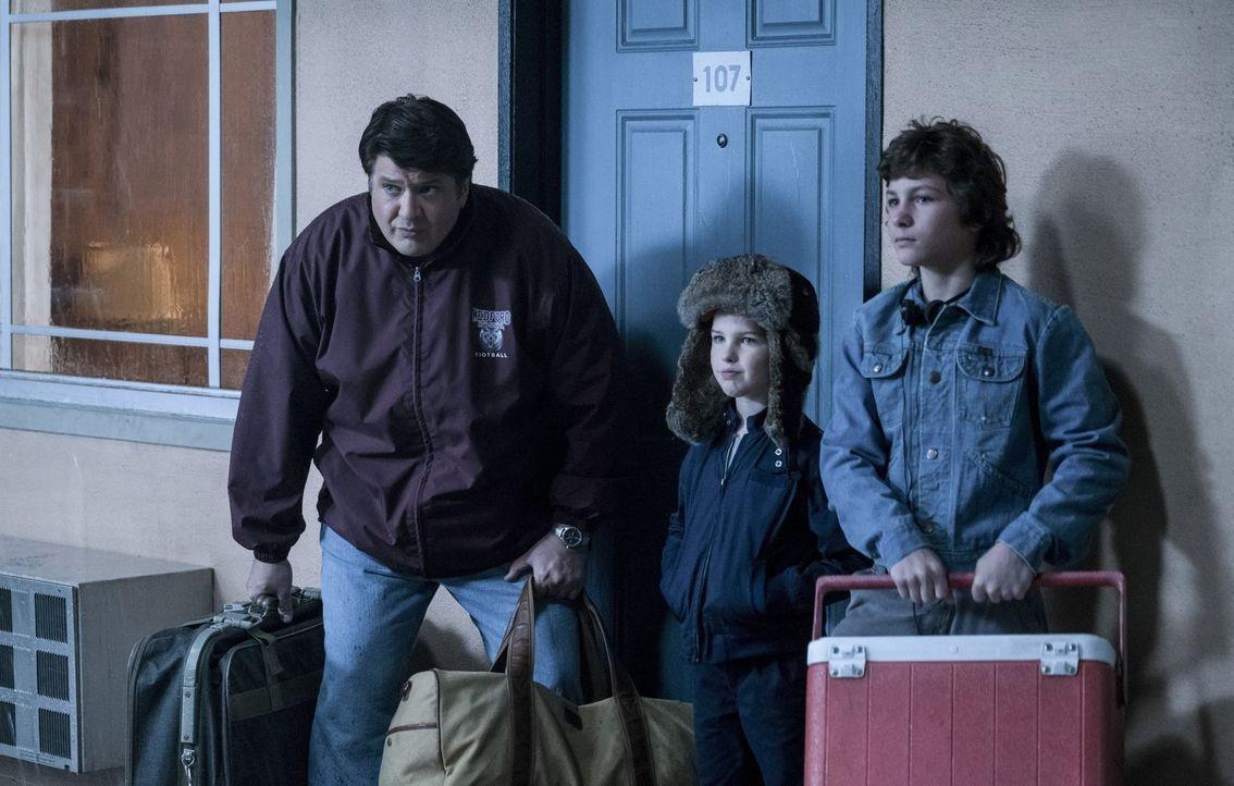 Als sich George (Lance Barber, l.), Sheldon (Iain Armitage, M.) und Georgie (Montana Jordan, r.) auf den Weg nach Cape Canaveral machen, um dort den... - Bildquelle: Warner Bros.