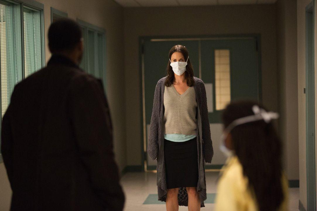 Ein Kind aus ihrer Obhut kommt mit einer infizierten Person in Kontakt, was Katie (Kristen Gutoskie, M.) und dem Rest der im Krankenhaus verbliebend... - Bildquelle: Warner Brothers