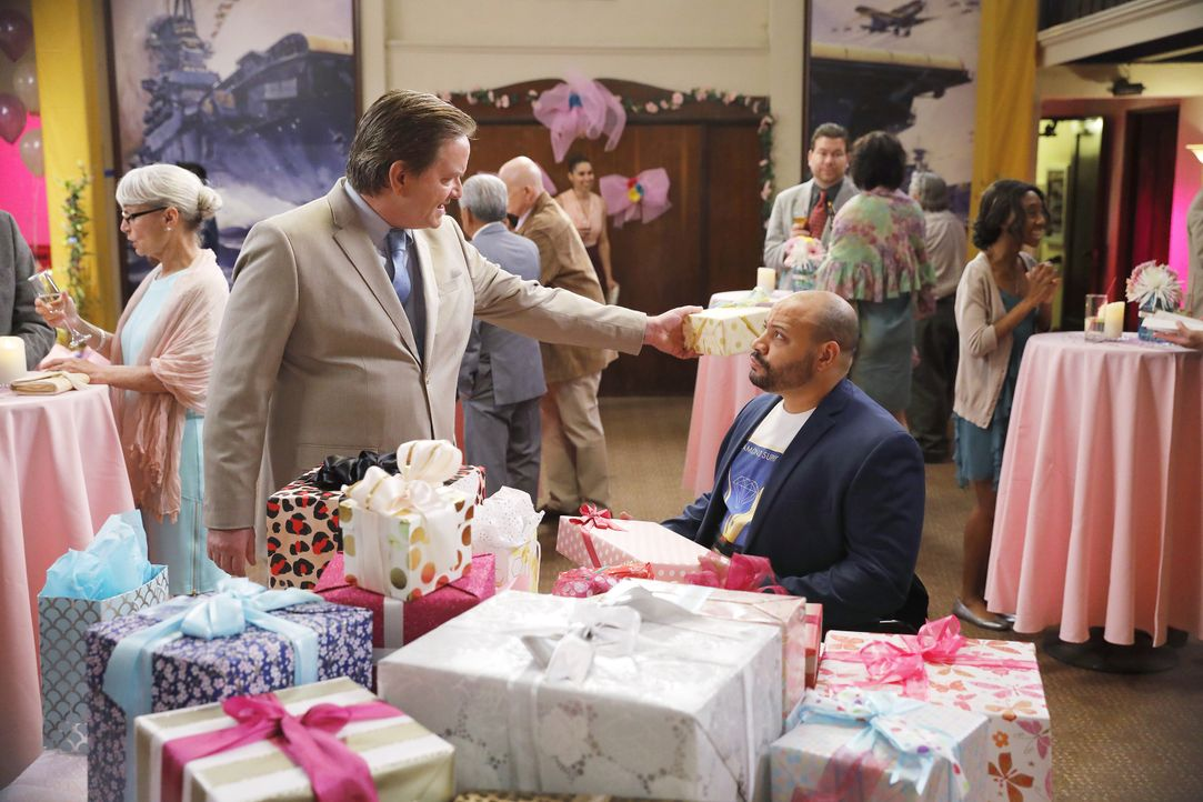 Glenn (Mark McKinney, l.); Garrett (Colton Dunn, r.) - Bildquelle: Trae Patton 2016 Universal Television LLC. ALL RIGHTS RESERVED. / Trae Patton