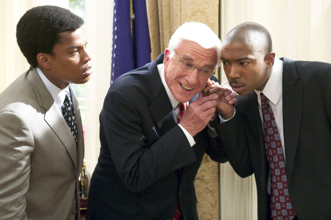 Gemeinsam mit seinen Assistenten (Ja Rule, r. und D.L. Hughley, l.) will der amerikanische Präsident (Leslie Nielsen, M.) gegen die Aliens in den K... - Bildquelle: Miramax Films
