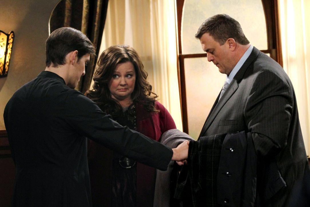 Mike (Billy Gardell, r.) und Molly (Melissa McCarthy, M.) sind zum Ehegespräch bei Peggys katholischem Pfarrer (Josh Dean, l.) geladen. Molly kann a... - Bildquelle: Warner Brothers
