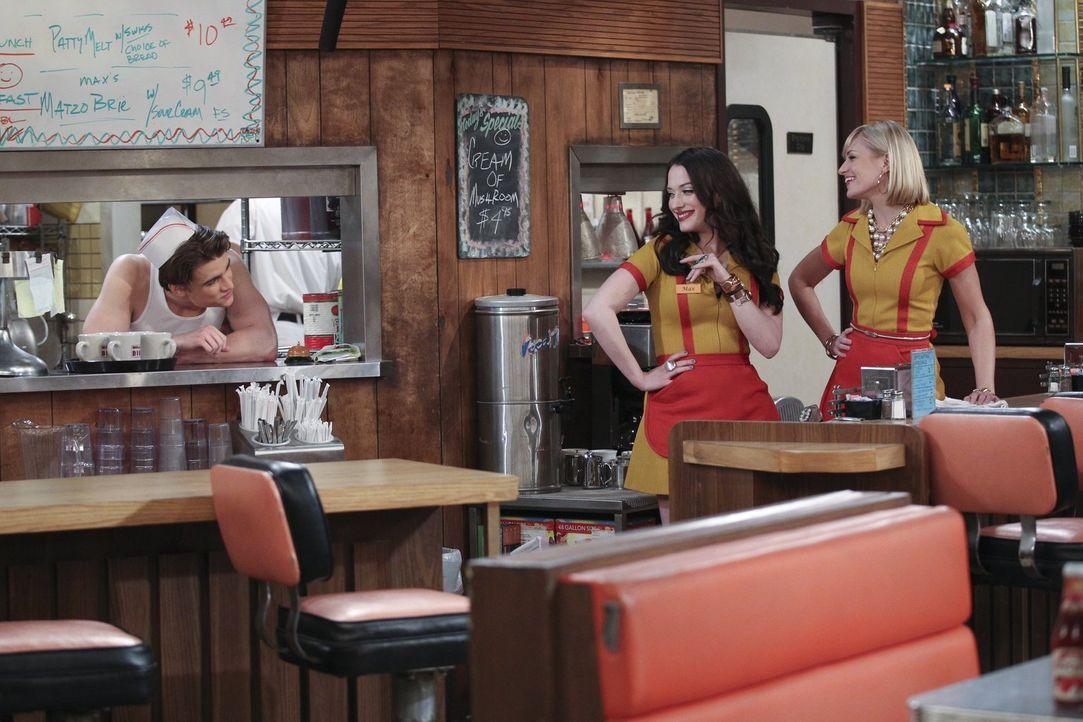 Seitdem Nash (Austin Falk, l.) in der Küche des Diners steht, schauen Max (Kat Dennings, M.) und Caroline (Beth Behrs, r.) doch gerne mal dort vorbe... - Bildquelle: Warner Bros. Television