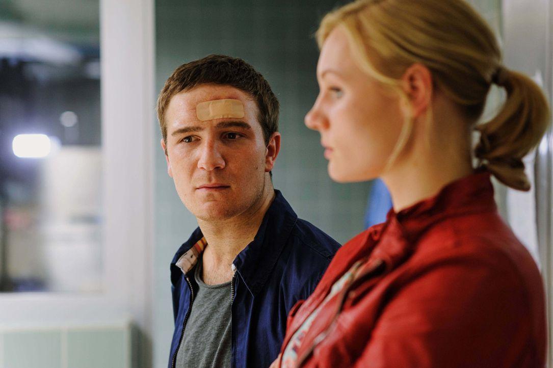 Während sich Kreutzer mit den verstockten Ärzten des Krankenhauses herumschlägt, nimmt sich Belinda (Rosalie Thomass, r.) des verzweifelten Lotha... - Bildquelle: Stefan Erhard ProSieben