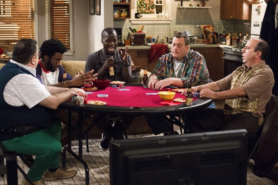Ein ganz besonderer Pokerabend: (v.l.n.r.) Harry (David Anthony Higgins), Samuel (Nyambi Nyambi), Carl (Reno Wilson), Mike (Billy Gardell) und Vince... - Bildquelle: Warner Brothers