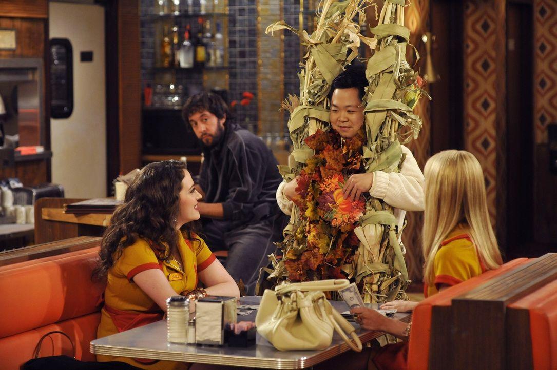 Restaurantbesitzer Han (Matthew Moy, M.) bereitet sich und seinen Laden auf die Feiertage vor. Seine Mitarbeiterinnen Max (Kat Dennings, l.) und Car... - Bildquelle: Warner Brothers
