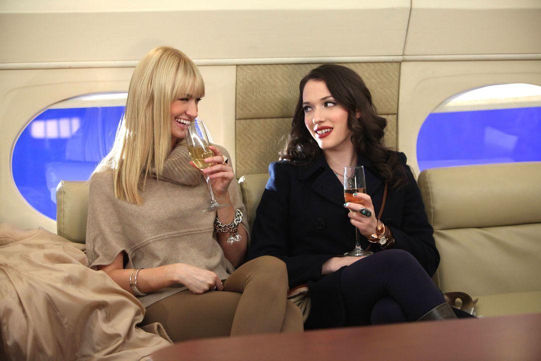 Während Caroline (Beth Behrs, l.) sich ausgesprochen wohl im Privatjet fühlt, eröffnet sich Max (Kat Dennings, r.) eine ganz neue Welt ... - Bildquelle: Warner Bros. Television